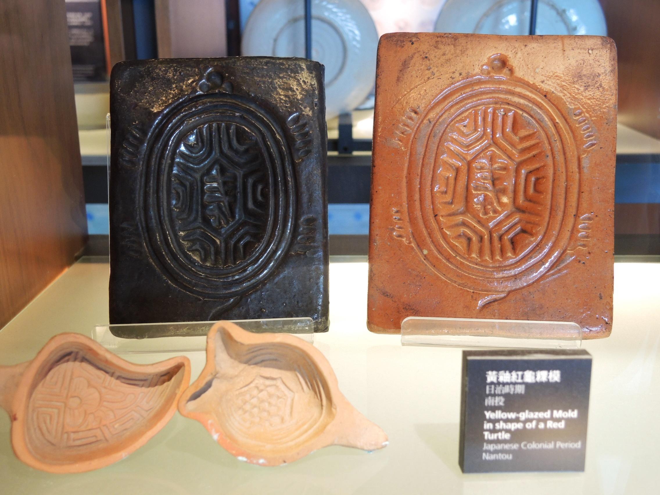 陶博館典藏品《黃釉紅龜粿模》(右)及《粿印》(左)。