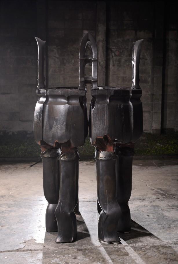 臺灣新銳陶藝家丁有彧《現代化-社會結構-共生》,以「鼎」的形象解構,整體重達300公斤。