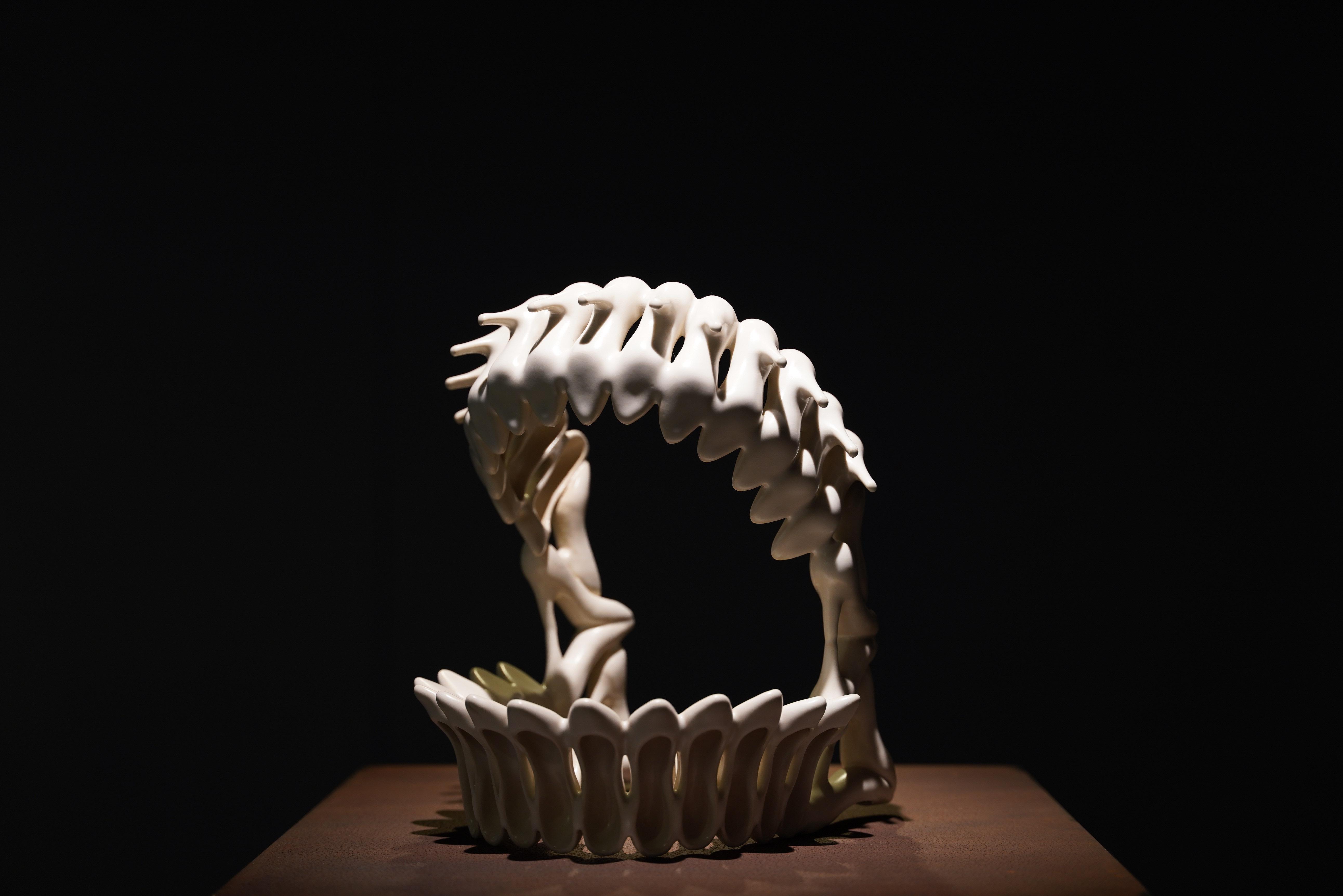 牙齒造型的《噬》為初期作品,傳達鞋子看似溫柔細緻,但有咬腳不適的矛盾。