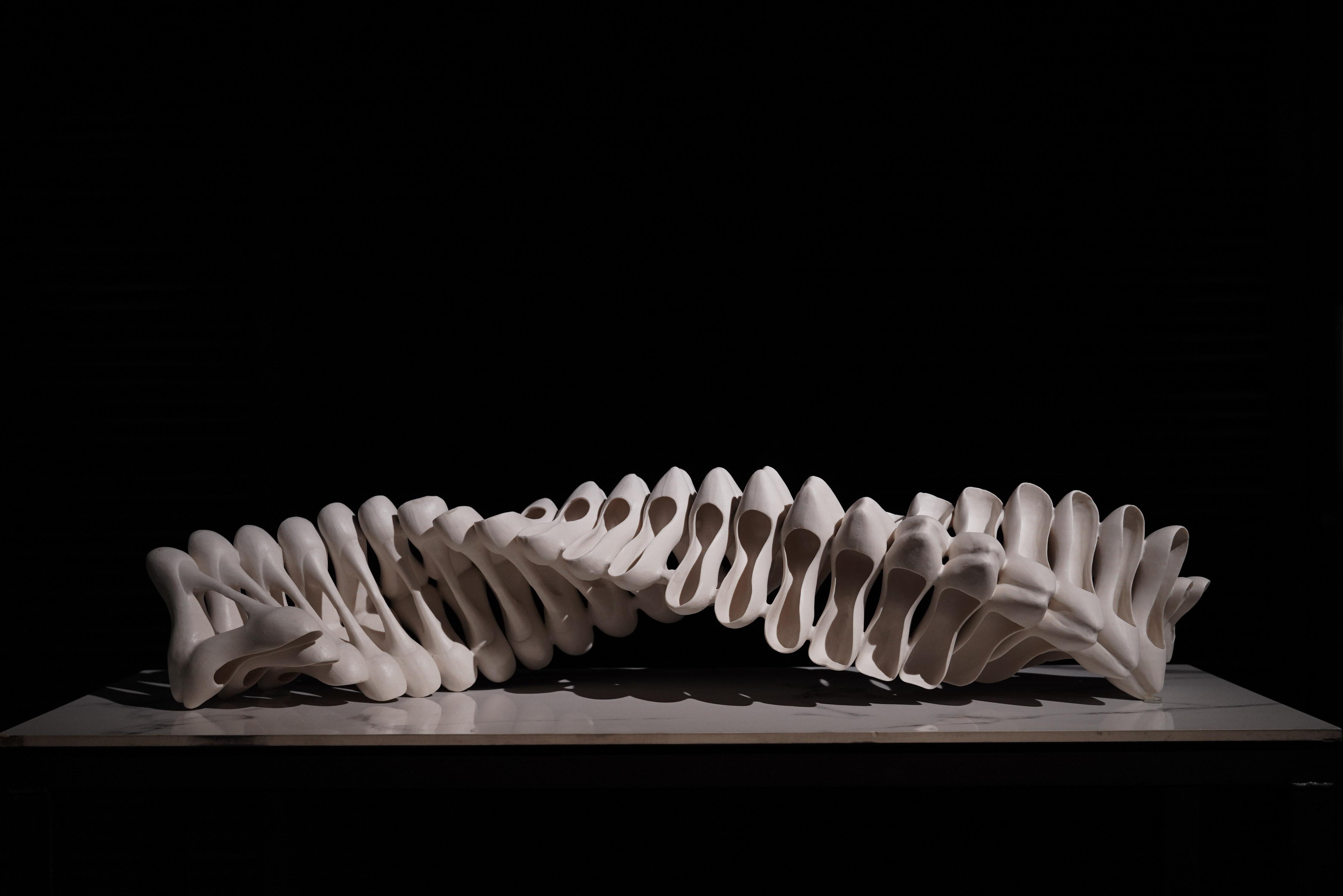 脊椎造型的《承》,表現脊椎因穿著不適的鞋而扭曲的樣子。