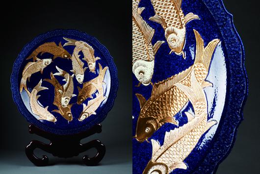30吋雪花藍地蓮邊描金彩雕繪九鯉如意盤